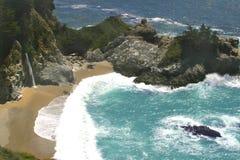 Cascade à écriture ligne par ligne d'océan Photographie stock
