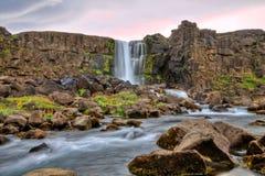 Cascade à écriture ligne par ligne d'Oxararfoss dans HDR, Islande Images stock