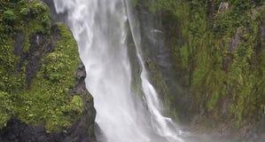 Cascade à écriture ligne par ligne dans Fiordland Nouvelle Zélande Image libre de droits