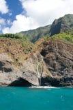 Cascade à écriture ligne par ligne dans l'océan bleu Photographie stock