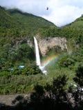Cascade à écriture ligne par ligne dans la forêt humide équatoriale, avec l'arc-en-ciel Photos libres de droits