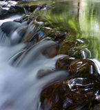 Cascade à écriture ligne par ligne dans la forêt profonde images stock