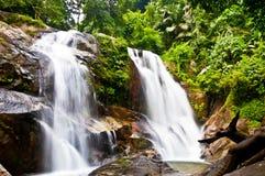 Cascade à écriture ligne par ligne dans la jungle, Thaïlande Photo libre de droits