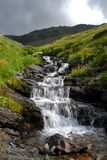 Cascade à écriture ligne par ligne dans la montagne Images stock
