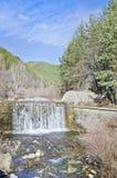 Cascade à écriture ligne par ligne dans la montagne Photos stock