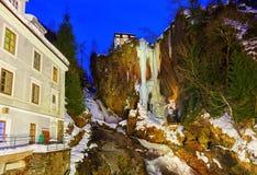 Cascade à écriture ligne par ligne dans la station de sports d'hiver de montagnes mauvais Gastein Autriche Photos libres de droits