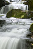 Cascade à écriture ligne par ligne dans la vallée de Lumsdale, Angleterre Photographie stock libre de droits