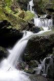 Cascade à écriture ligne par ligne dans la vallée de Lumsdale, Angleterre Photographie stock