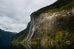 Cascade à écriture ligne par ligne dans le fjord Photos libres de droits