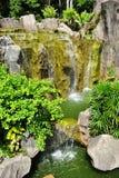 Cascade à écriture ligne par ligne dans le jardin botanique du Malacca Image libre de droits