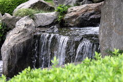 Cascade à écriture ligne par ligne dans le jardin japonais Photos stock