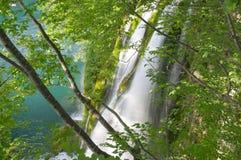 Cascade à écriture ligne par ligne dans le lac Plitvice images libres de droits