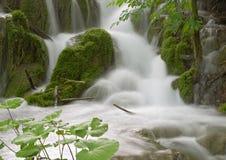 Cascade à écriture ligne par ligne dans le lac Plitvice images stock