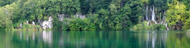 Cascade à écriture ligne par ligne dans le lac Plitvice (jezera de Plitvicka) images stock