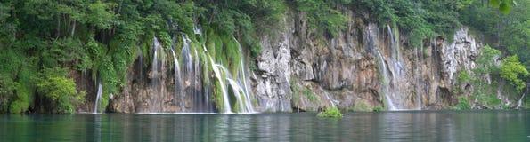 Cascade à écriture ligne par ligne dans le lac Plitvice (jezera de Plitvicka) Image libre de droits