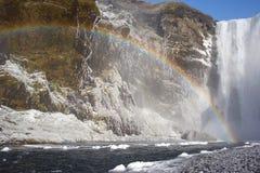 Cascade à écriture ligne par ligne dans le nord de l'Islande avec l'arc-en-ciel Photo stock