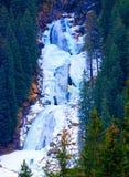 Cascade à écriture ligne par ligne dans les Alpes Image libre de droits