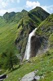 Cascade à écriture ligne par ligne dans les Alpes tyroliens Photo stock
