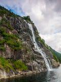 Cascade à écriture ligne par ligne dans les fjords norvégiens Photo libre de droits
