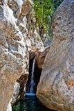 Cascade à écriture ligne par ligne dans les montagnes Photographie stock libre de droits