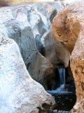 Cascade à écriture ligne par ligne dans les roches Images stock