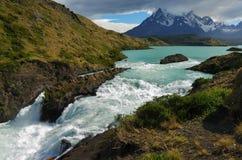 Cascade à écriture ligne par ligne dans Torres del Paine Images libres de droits