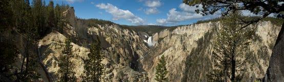Cascade à écriture ligne par ligne dans Yellowstone Images stock