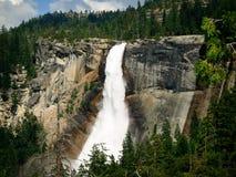 Cascade à écriture ligne par ligne dans Yosemite Image stock