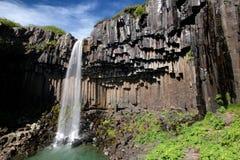 Cascade à écriture ligne par ligne de background_Svartifoss de basalte Photos libres de droits