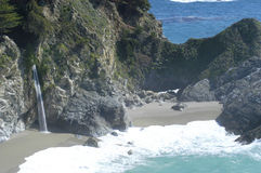 Cascade à écriture ligne par ligne de côte de la Californie Photo libre de droits