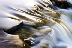 Cascade à écriture ligne par ligne de fleuve Photographie stock