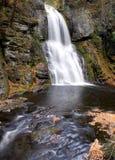 cascade à écriture ligne par ligne de force d'automne de bushkill Photo libre de droits