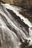Cascade à écriture ligne par ligne de gibbon en stationnement national de Yellowstone, WY Photo libre de droits