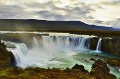 Cascade à écriture ligne par ligne de Godafoss en Islande Image libre de droits