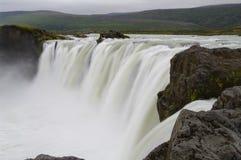 Cascade à écriture ligne par ligne de Godafoss, Islande photographie stock libre de droits