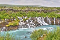 Cascade à écriture ligne par ligne de Hraunfossar, Islande Images libres de droits