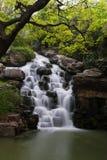 Cascade à écriture ligne par ligne de jardin de Yuantouzhu Photographie stock libre de droits