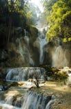 Cascade à écriture ligne par ligne de Kuang SI Photographie stock libre de droits