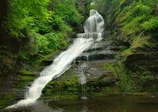 cascade à écriture ligne par ligne de l'eau de la Pennsylvanie d'intervalle du Delaware Photographie stock