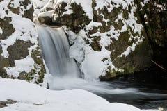 Cascade à écriture ligne par ligne de l'hiver Photos stock
