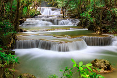 Cascade à écriture ligne par ligne de la Thaïlande dans Kanjanaburi Photo stock