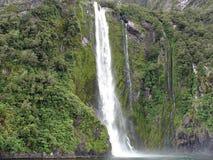 Cascade à écriture ligne par ligne de Milford Sound, Nouvelle Zélande Photo libre de droits