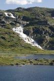 cascade à écriture ligne par ligne de montagne Photographie stock libre de droits