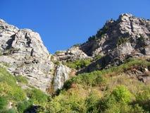 Cascade à écriture ligne par ligne de montagne Image stock