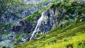 Cascade à écriture ligne par ligne de montagne Photos libres de droits
