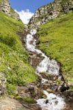 Cascade à écriture ligne par ligne de montagne Images stock