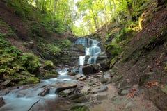 Cascade à écriture ligne par ligne de montagne d'automne photo libre de droits