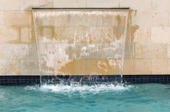 Cascade à écriture ligne par ligne de piscine Photos stock