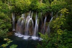 cascade à écriture ligne par ligne de plitvice de stationnement national de lacs de la Croatie Photo libre de droits