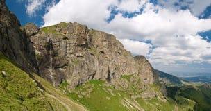 cascade à écriture ligne par ligne de raiskoto de praskalo de haute montagne Photos libres de droits
